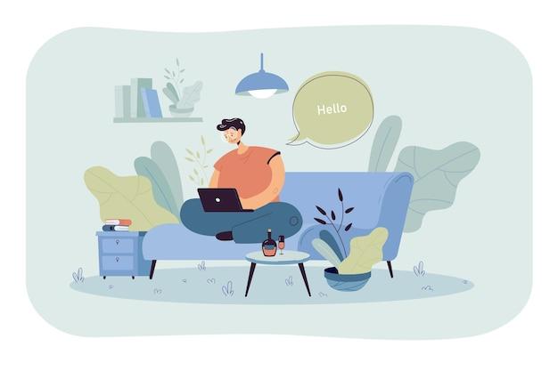Gelukkige kerel zittend op de bank en werken vanuit huis vlakke afbeelding. cartoon zakenman chatten met collega's online via laptopcomputer