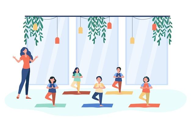 Gelukkige kinderen beoefenen van yoga in de klas met leraar, staande op de mat in boom vormen en glimlachen. vectorillustratie voor kinderen in fitnessclub, activiteit, actieve levensstijl concept
