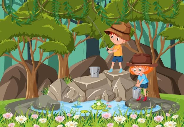 Gelukkige kinderen bij de waterval