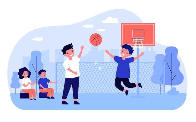 Gelukkige kinderen die basketbal buiten spelen. bal, straat, speler platte vectorillustratie. entertainment- en sportspelconcept voor banner, websiteontwerp of bestemmingswebpagina