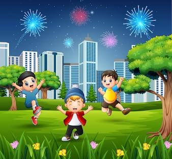 Gelukkige kinderen die en in het stadspark spelen springen