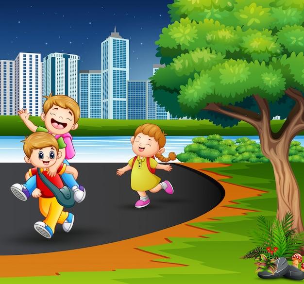 Gelukkige kinderen die in de parkweg spelen
