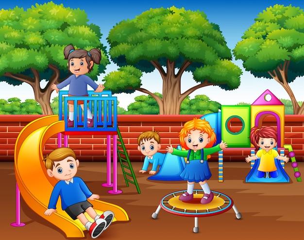 Gelukkige kinderen die in de speelplaats bij dag spelen