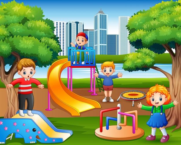 Gelukkige kinderen die in de speelplaats spelen
