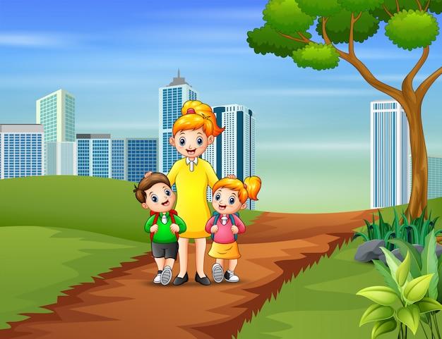 Gelukkige kinderen die met hun moeder naar school gaan