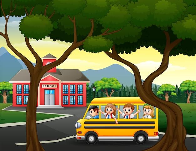 Gelukkige kinderen die met schoolbus naar school gaan