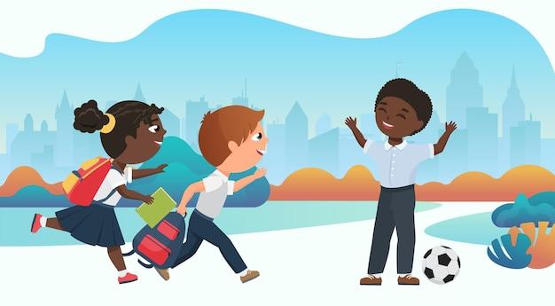 Gelukkige kinderen die samen op het schoolplein spelen om na schoollessen met de bal te spelen