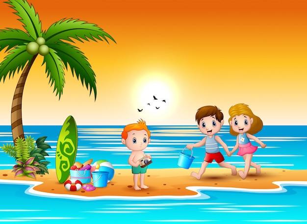 Gelukkige kinderen die zandkasteel maken bij het strand