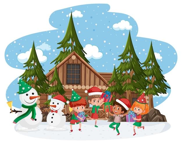 Gelukkige kinderen dragen kerstkostuum in de sneeuwscène
