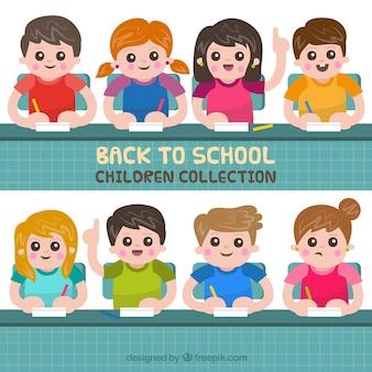Gelukkige kinderen in de klas met vlak ontwerp