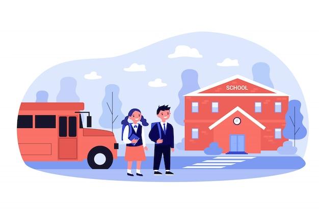 Gelukkige kinderen lopen van de bus naar de ingang van de school