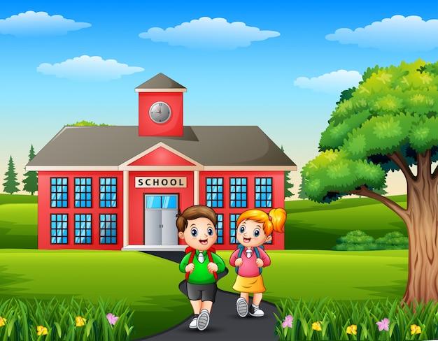 Gelukkige kinderen met rugzak op schoolgebouw