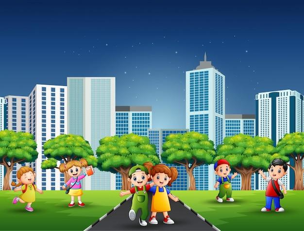 Gelukkige kinderen op de weg van de stad