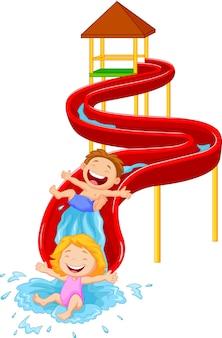 Gelukkige kinderen op water glijden