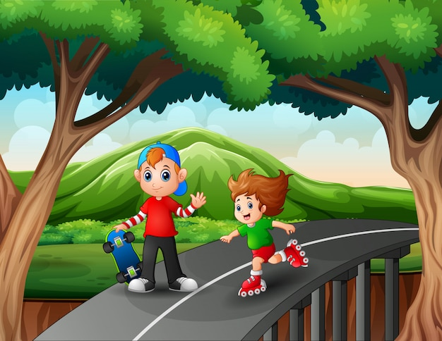 Gelukkige kinderen rijden op een rolschaatsen en skateboard