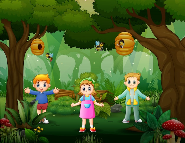 Gelukkige kinderen spelen in het bos