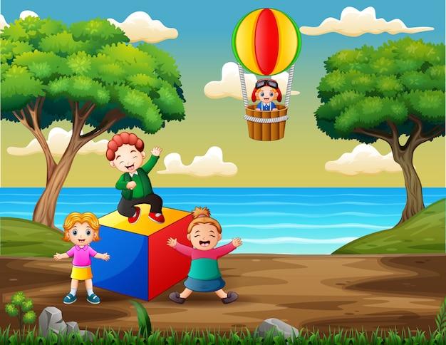 Gelukkige kinderen spelen op de speelplaats