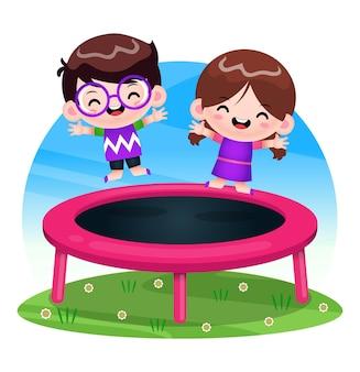 Gelukkige kinderen spelen op de trampoline