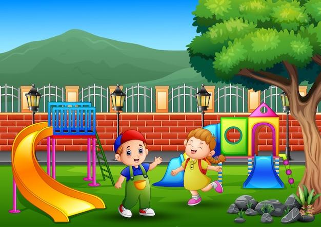 Gelukkige kinderen spelen op een openbaar park