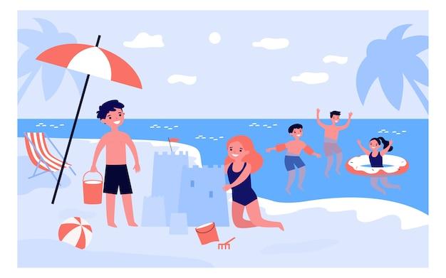 Gelukkige kinderen spelen op strand