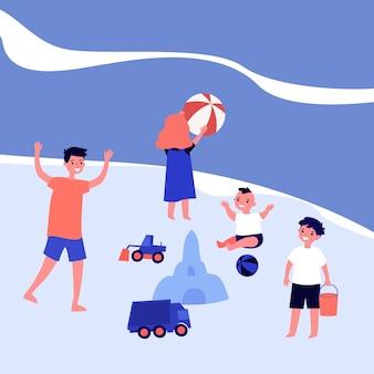 Gelukkige kinderen spelen op zee strand. bal, zandkasteel, jongensillustratie. zomervakantie en jeugdconcept voor banner, website of bestemmingswebpagina