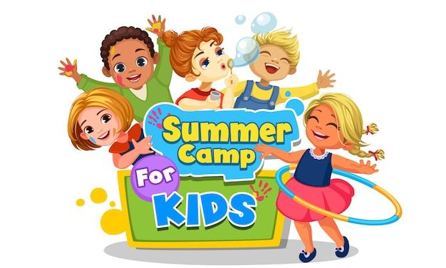 Gelukkige kinderen spelen rond de mooie illustratie van het zomerkampbord