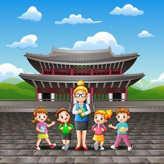 Gelukkige kinderen studeren tour met een leraar in paleis changdeokgung