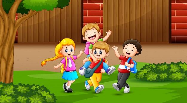 Gelukkige kinderen terug naar school