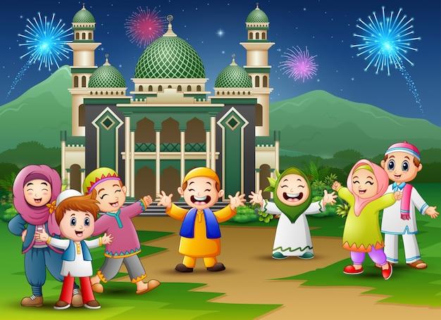 Gelukkige kinderen vieren voor eid mubarak met moskee