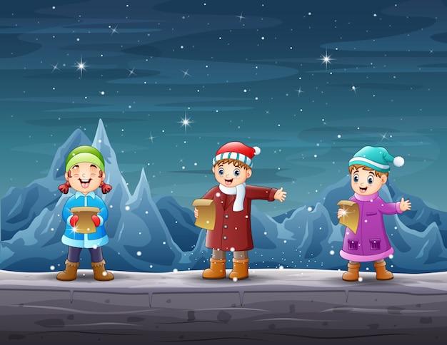 Gelukkige kinderen zingen in het ijsberglandschap