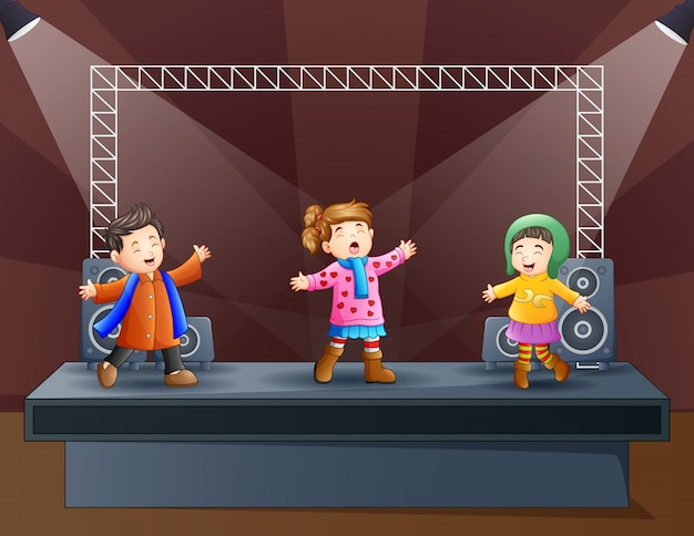 Gelukkige kinderen zingen op het podium