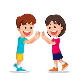 Gelukkige kleine jongen en meisje doen samen een dubbele high five