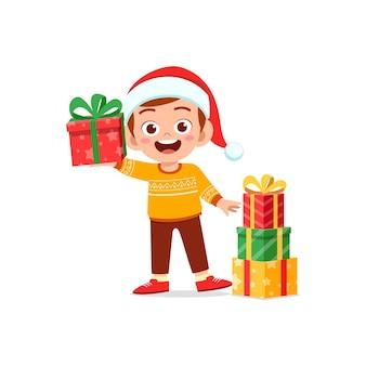 Gelukkige kleine jongen met cadeau voor kerstmis