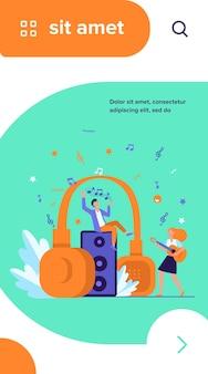Gelukkige kleine mensen luisteren naar spirituele muziek in de buurt van enorme koptelefoon platte vectorillustratie
