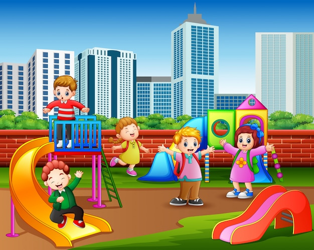 Gelukkige kleuterschoolkinderen die in de speelplaats spelen