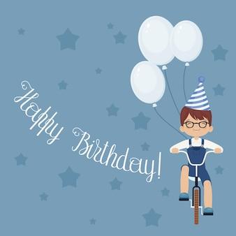 Gelukkige lachende kleine jongen die een fiets berijdt