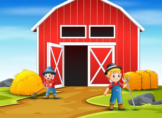 Gelukkige landbouwer die in het boerenerf werkt