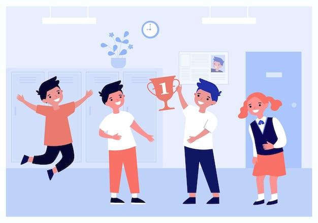 Gelukkige leerlingen met gouden beker voor de eerste plaats in de competitie. jongens en meisje verheugen zich over de overwinning platte vectorillustratie. viering, winnaar, prestatie, trofeeconcept