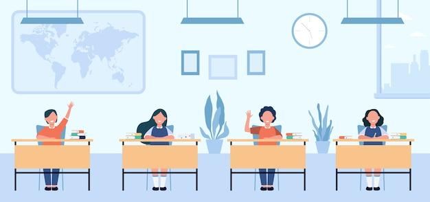 Gelukkige leerlingen studeren in de klas geïsoleerde vlakke afbeelding. kinderen stripfiguren zitten aan tafels in schoolles.