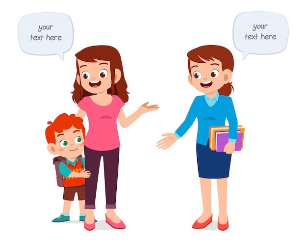Gelukkige leuke de eerste dagschool van de jong geitjejongen met moeder