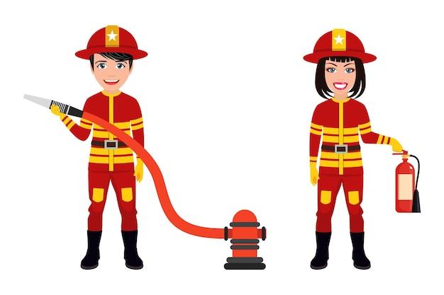 Gelukkige leuke slimme brandweermankarakters die brandweeroutfits dragen en zwaaien geïsoleerd met brandblusser en slang
