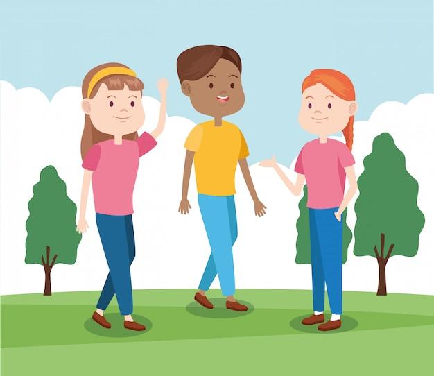 Gelukkige meisjes en jongen in het park