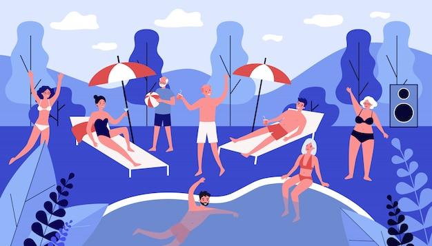 Gelukkige mensen die bij partij dichtbij zwembad ontspannen