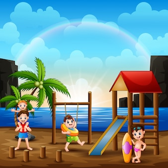 Gelukkige mensen die in speelplaats dichtbij het strand spelen