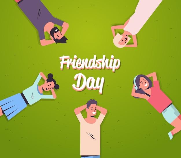 Gelukkige mensen groep liggend op gras jonge vrienden plezier samen vriendschap dag viering illustratie