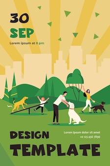 Gelukkige mensen lopen met honden in stadspark geïsoleerd plat flyer-sjabloon