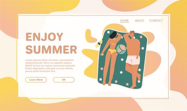 Gelukkige mensen zonnebaden op het strand in bovenaanzicht. de mens ligt met boek op handdoek. vrouw rust met haar kind op zee. paar watermeloen eten in badplaats