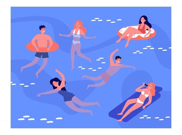 Gelukkige mensen zwemmen in zee