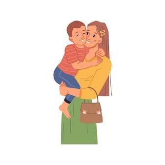 Gelukkige moeder met peuterzoon die mama knuffelt