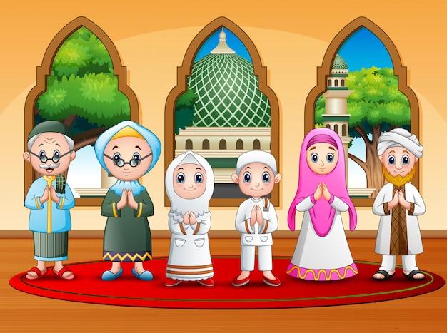 Gelukkige moslimfamilie die bij de moskee wenst